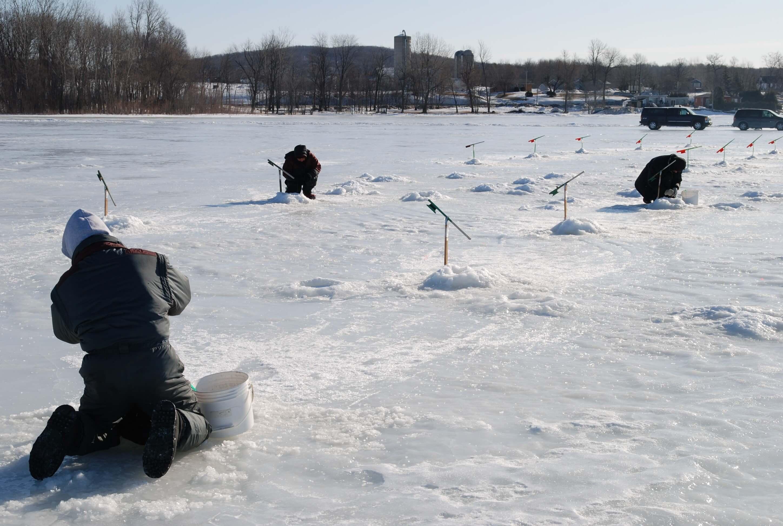 La ligne pour la pêche dhiver par les mains